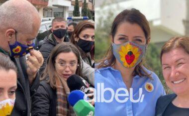 Rama shtyu gazetaren para kamerave, Manastirliu krah socialistes promovon mosmbajtjen e maskës