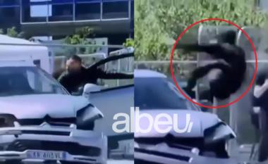 """BBC i kushton artikull gjestit heroik të Klodianit në sheshin """"Skëndërbej"""" (VIDEO)"""