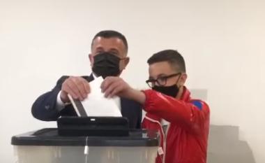 Taulant Balla voton në shoqërinë e djalit të vogël: Humbësi të pranojë rezultatin (FOTO LAJM)