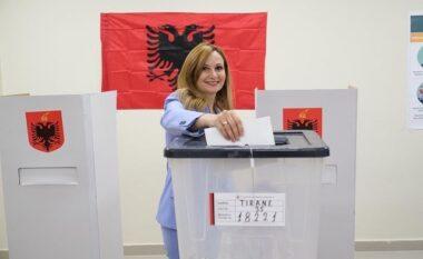 Jorida Tabaku shkon familjarisht në qendrën e votimit: Votuam për Arbën, Irisin dhe Drenin
