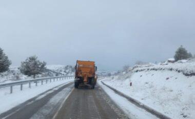 Reshjet e dëborës nuk i ndahen Korçës, si paraqitet gjendja e rrugëve