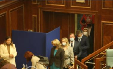 LIVE/ Një orë e gjysmë me vonesë, deputetët futën në seancën për zgjedhjen e Presidentit