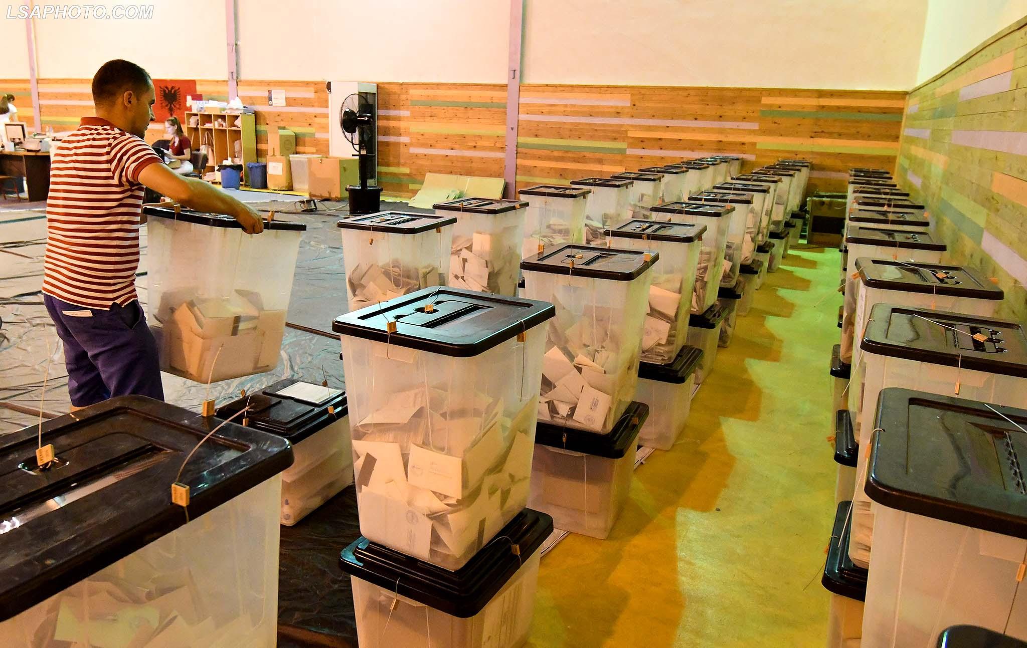 Vetëvendosja nuk dorëzohet, dorëzon në KQZ provat për manipulimin e votave në Tiranë (FOTO LAJM)