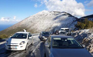 Bllokohet Llogaraja, reshjet e dëborës kapin të papërgatitur shoferët