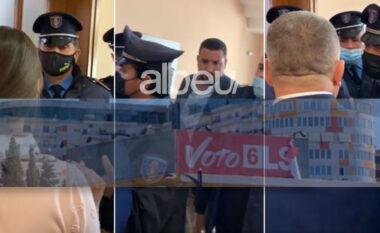 Punonjësit e Bashkisë heqin banerat e LSI-së në Fier para takimit të Ramës, përplasen kandidatët për debutet