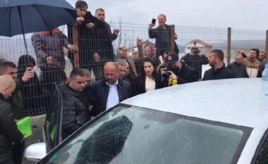 Dyshonin se po blinte vota, 2 simpatizantë të opozitës bllokojnë makinën e kryetarit të PS-së në Dibër