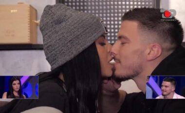 Takimi i Andit dhe Jasminës nis me përqafim dhe debate: Ti e poshtëron njeriun! (VIDEO)