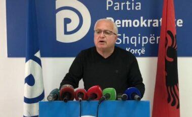 Shitje votash edhe në Korçë?! PD bllokon tre makina, kryetarin e PS dhe zyrtarin e tatimeve