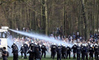U ftuan në festë, por ishte gënjeshtër për 1 Prill: Të rinjtë në Bruksel përplasen me policinë (FOTO LAJM)