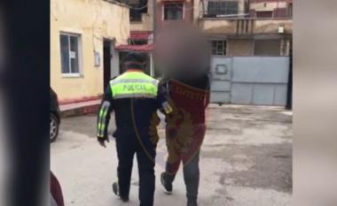 Një mijë euro për të kaluar kufirin, 38-vjeçari kapet me tre emigrantë të paligjshëm në makinë