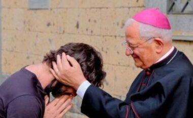 Prifti heq dorë nga detyra dhe largohet nga kisha: Kam rënë në dashuri