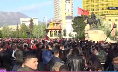 Me këngë dhe bori makinash, socialistët festojnë fitoren në Sheshin Skëndërbej