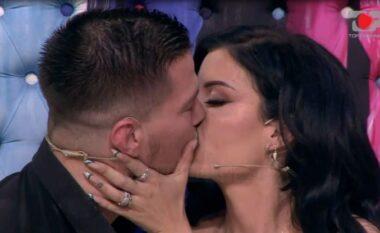 Mbyllet rrugëtimi! Andi dhe Jasmina largohen nga Për'puthen me puthje pasionante (VIDEO)