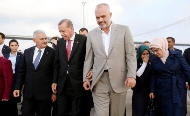 Ramës nuk i del inati me kritikët, lavdërohet me spitalin që ndërtoi Erdogan (VIDEO)
