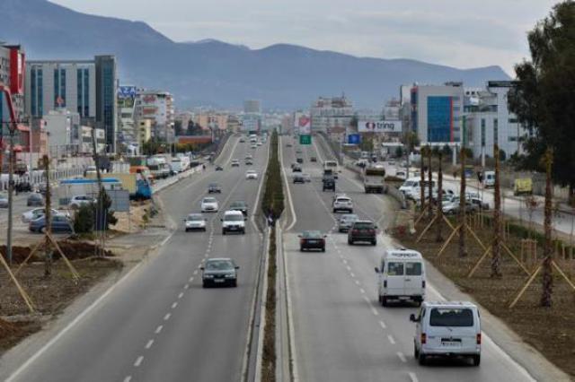 Maskat godasin në mesnatë, grabitet biznesi në Tiranë-Durrës