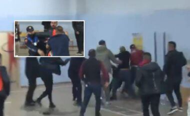 """Grushta dhe karrige pas kokës, përgjaket qendra e votimit te shkolla """"1 Maji"""" në Tiranë (VIDEO)"""