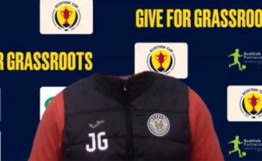 Do qeshni me lot: Shikoni si i zhduket koka trajnerit skocez gjatë konferencës (VIDEO)