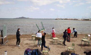 Spanjë/ Fëmijët i mbajnë orët mësimore në plazh