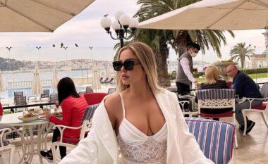 Françeska Jaçe ekspozon gjoksin mes Stambollit (FOTO+VIDEO)