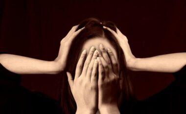 Nga kërcitja e dhëmbëve tek problemet me tretjen, zbuloni si stresi po ju sëmur çdo ditë