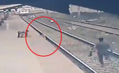 Momenti rrëqethës, punëtori shpëton fëmijën nga shinat e trenit (VIDEO)