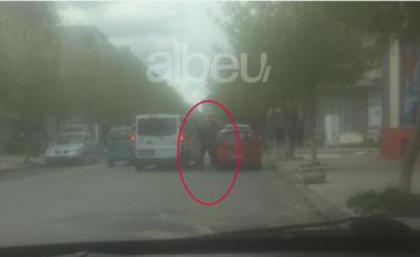 Momenti i përplasjes me armë në Elbasan, misteri i makinës pa targa