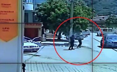 Si u shpëtoi 20-vjeçari plumbave gjatë ekzekutimit të biznesmenit në Vlorë (VIDEO)