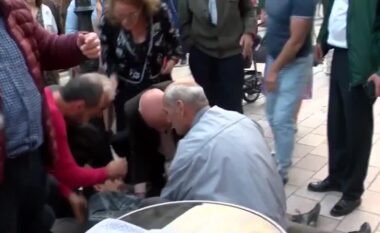 Po interpretonte në teatrin e Shkodrës, momenti ku aktorit i bie blloku i betonit mbi shpinë (VIDEO)