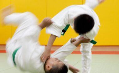 Po merrte mësime xhudoje, 7-vjeçari bie në gjendje kome pas 27 përplasjeve në tokë nga trajneri