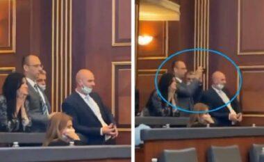 Del fotoja nga përplasja në Kuvendin e Kosovës: Lista Serbe argëtohet me deputetët që pështyheshin