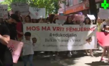 Ndodh në Tiranë! Protesta për abuzimin e minorenes, gruaja del nudo mes sheshit (FOTO LAJM)