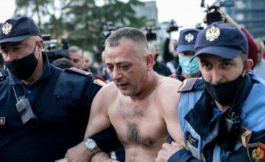 Tentoi të vetëdigjej, momenti kur 40 vjeçari derdh mbi trup benzinën në mes të sheshit (FOTO LAJM)