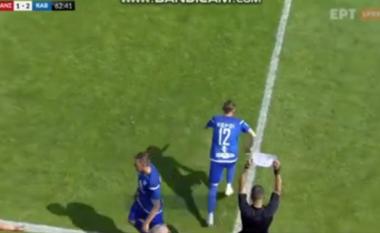 Ndodh në derbin e Greqisë, zëvendësimi i lojtarëve kryhet në format A4 (VIDEO)