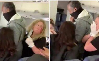 I kërkoi të vendoste maskën, pasagjerja ia kthen me grushte stjuardeses (VIDEO)