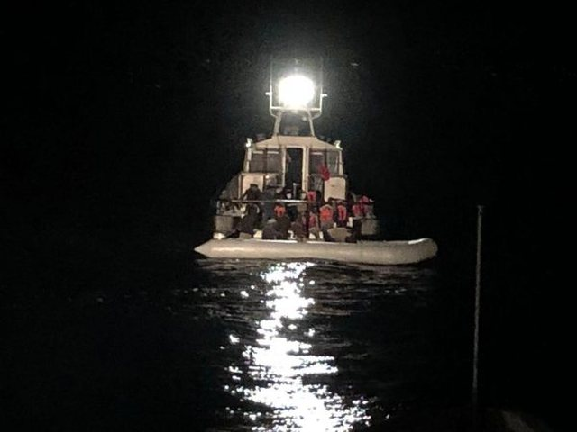 Liruan skafistin që po i trafikonte drejt Italisë, arrestohen 5 roje bregdetare në Vlorë