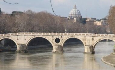 Po bënte foto me miqtë, i riu bie nga ura e njohur në Romë