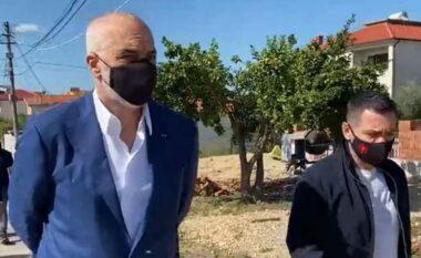 Rama dhe Ahmetaj ngrenë dollinë me raki, nuk kursejnë batutat me banorët në Manëz (VIDEO)