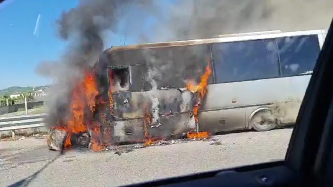 Merr flakë minibusi në Kavajë