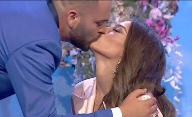 Ana nuk përmbahet, puthet në buzë me gazetarin live në studio (VIDEO)