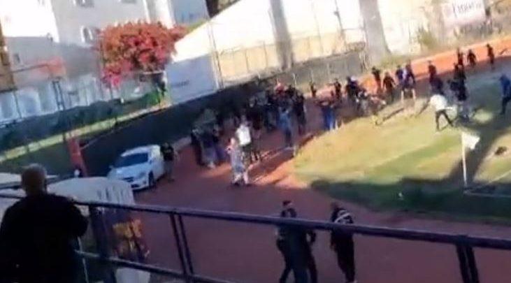 Plas dhuna në Greqi, tifozeritë e dy ekipeve futen brenda në stadium (VIDEO)