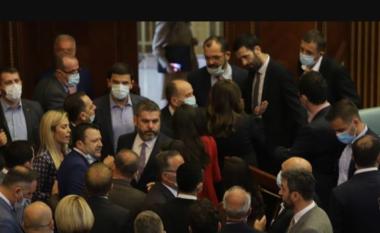 Plas mes deputetëve në Kosovë, tensionohet situata në Kuvend (VIDEO)