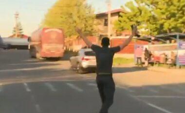 Skuadra harron lojtarin në stadium, shikoni momentin kur i ndjek me vrap (VIDEO)