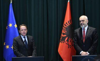 Komisioneri për Zgjerimin Varhelyi mbërrin sot në Tiranë