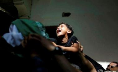 Momenti pikëllues kur djali i vogël palestinez zbulon vrasjen e babait të tij (VIDEO)