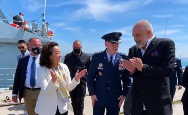 Gjenerali amerikan i dhuron medalje, Rama: Do ja jap Zahos (VIDEO)