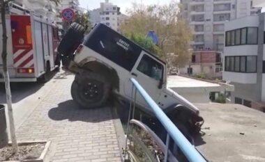 Aksident i pazakontë në Sarandë, makina ngel varur në anë të rrugës