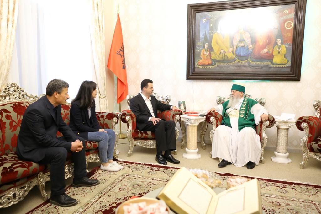 Basha takon Kryegjyshin Botëror të Bektashinjve i shoqëruar nga bashkëshortja
