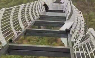 Dëmtohet nga era ura prej xhami, turisti mbetet varur në 330 metra lartësi (VIDEO)