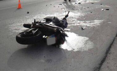 Aksident në Vlorë, makina përplas shoferin me motor