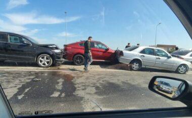 Aksident i frikshëm në autostradën Tiranë-Durrës, përplasen 6 makina (FOTO LAJM)